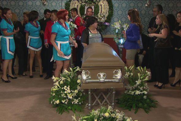 El funeral comenzó y la mamá del Vítor ayudó a que todo estuviera más or...