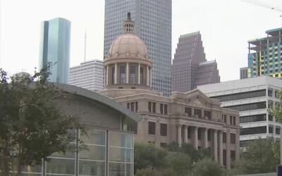 Gobernador de Texas pide a la comunidad no alarmarse ante la posibilidad...