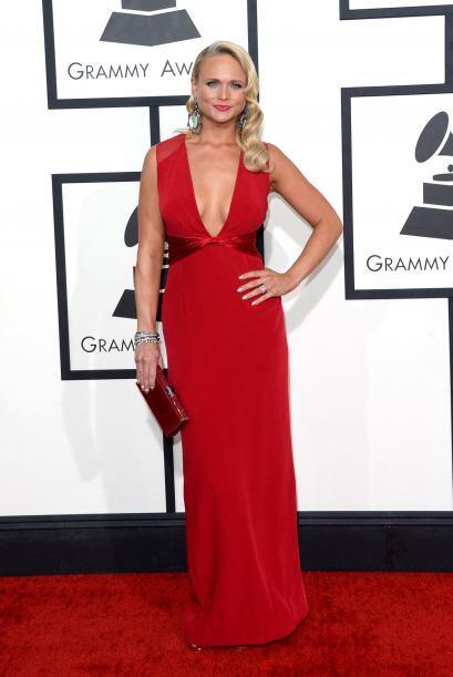Otra que apostó por la sensualidad del rojo fue Miranda Lambert, cuyo ve...
