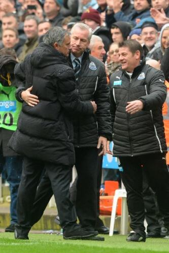 Final del partido, derrota del Chelsea y saludo deportivo al rival.