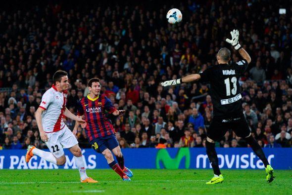 El balón fuera del alcance de Rubén, sorprendido por el sutil toque de M...