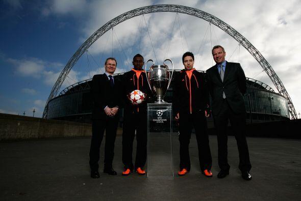 También se vio a directivos de la UEFA, acompañados por ot...