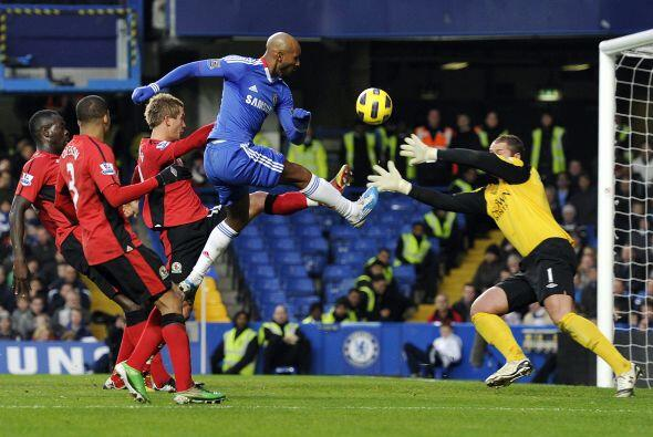 Luego le tocó el turno al francés Anelka. La pelota qued&o...