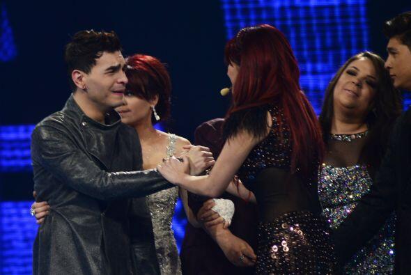 Dulce y sus compañeros fueron a acompañarlo al escenario.