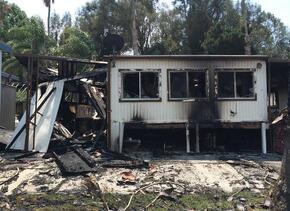 Al menos siete casas móviles fueron destruidas por un incendio que inici...