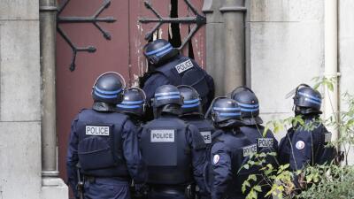Policías de Francia realizan inspecciones.