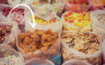 Las gomitas y las frutas cubiertas de chile son parte de la tradición du...