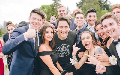 El primer ministro canadiense se cuela en la foto de graduación de unos...