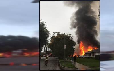 Casa incendiadaen Riverside luego de que se estrellase contra ella una a...