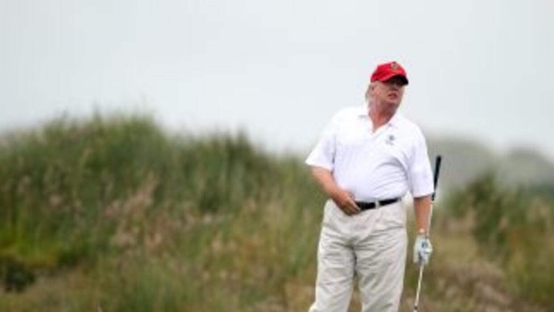 Trump jugando a golf en 2012