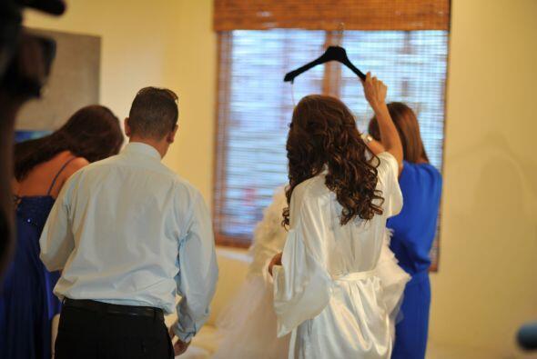 Rosita acompañó a Alejandra en todo el proceso para vestirse.