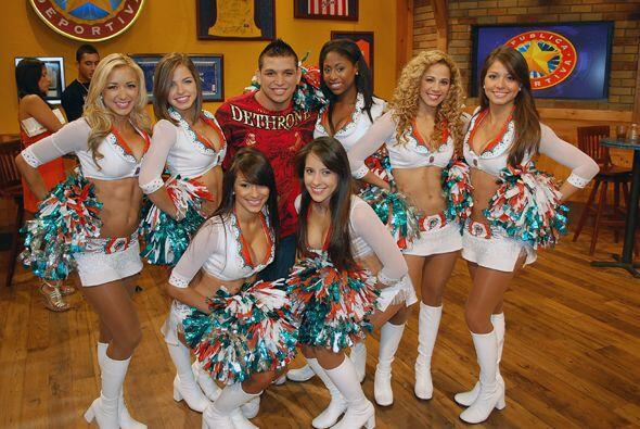 Aquí vemos a la estrella mexicana de la UFC rodeado de belleza...