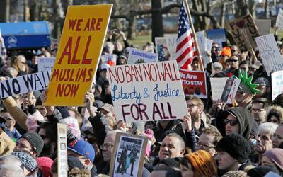 El sábado pasado, cientos de personas protestaron contra la orden...