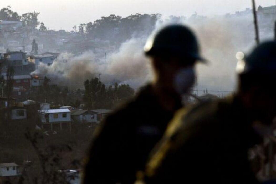 Las personas intentaban defender sus casas de las llamas.
