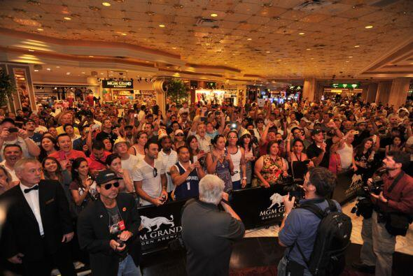 Más de 600 fans fueron a recibir a sus ídolos, la mayoría filipinos.Mira...