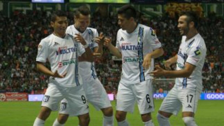 Querétaro festeja uno de sus cinco goles ante León.