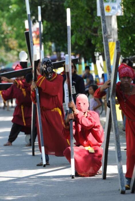 Flagelados y crucificados en Filipinas toman un momento de descanso