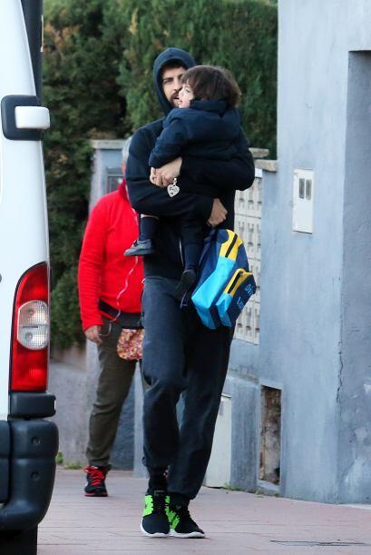 Llevó a su pequeño en brazos y mientras caminaba lo llenab...