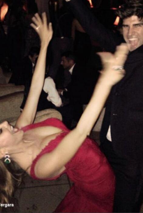 Bailando pegadito con el esposo de Jesse Tyler Ferguson.Mira aquí lo últ...
