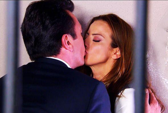 ¡Cierra los ojos Diego! Fernando y Ana se besaron apasionadamente.