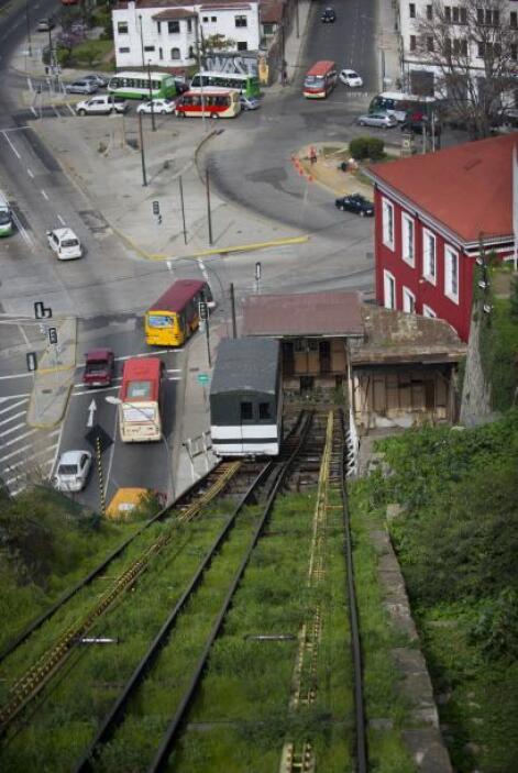 Estos carritos que suben y bajan, funcionando con electricidad, permiten...