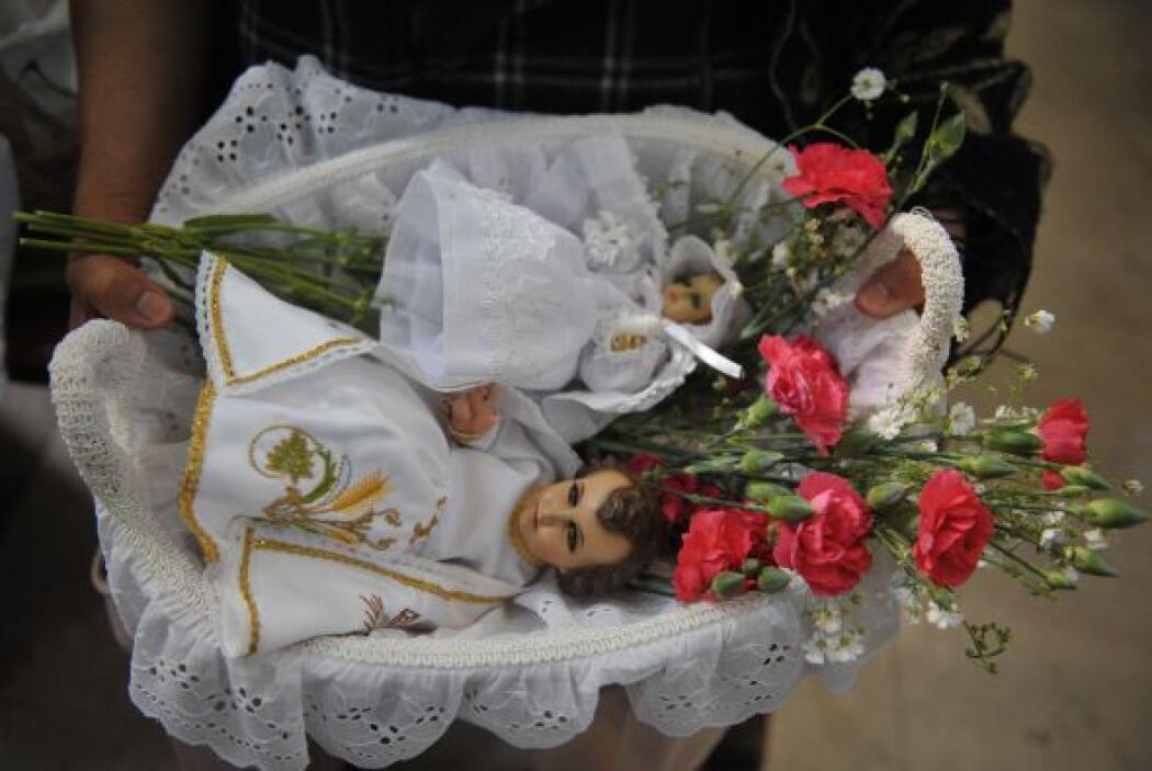 El nombre Candelaria viene de la tradición de bendecir velas y distribui...