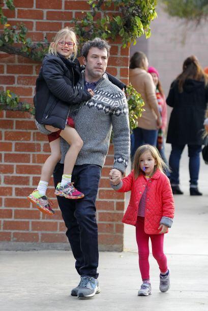 Primero Ben fue por las dos niñas a la escuela. Mira aquí...