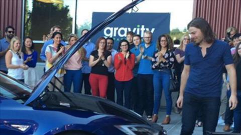 Dan Price, presidente de Gravity Payments, recibe un Tesla Modelo S 2016...