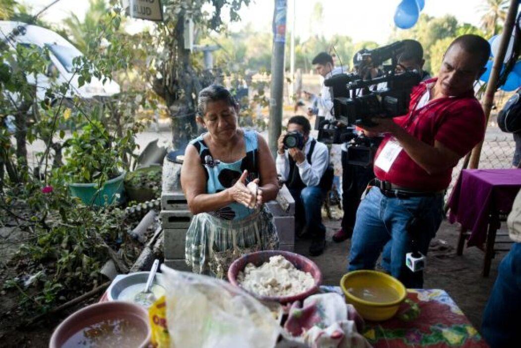 Hizo pupusas, para vender a los periodistas hambrientos que esperan capt...
