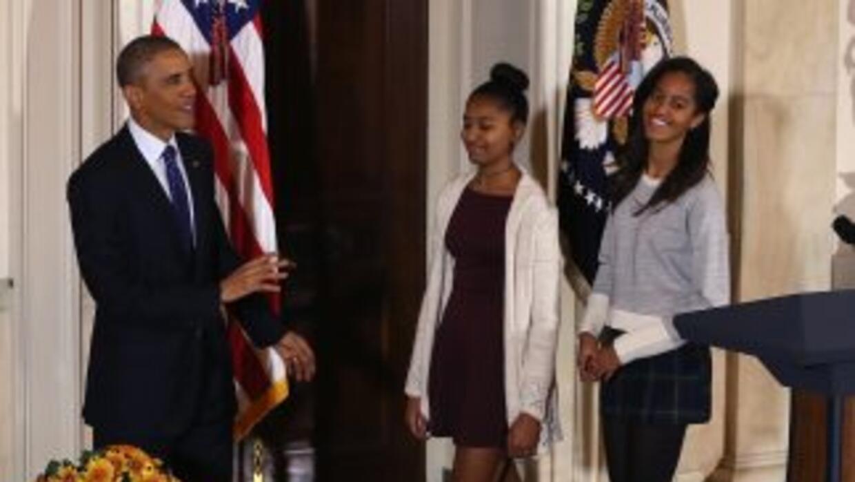 Sasha y Malia Obama en el indulto a los pavos vistieron faldas cortas.