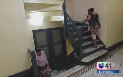Residentes de la tercera edad exigen instalación de un elevador