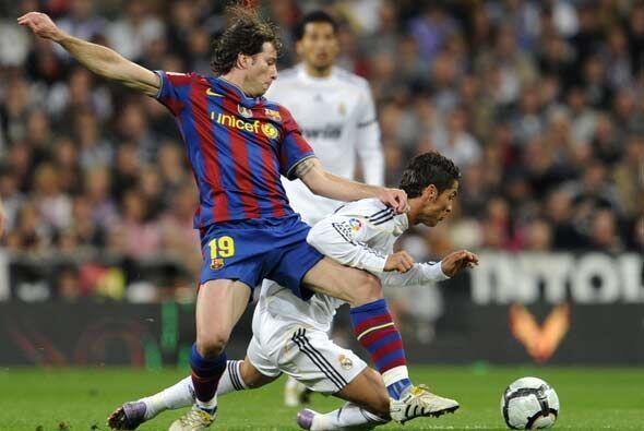 El partido comenzó a un ritmo lento, con mucha presión en el medio campo...