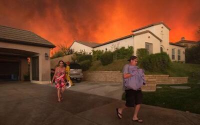 En un minuto: por voraz incendio 20,000 residentes en Santa Clarita, Cal...