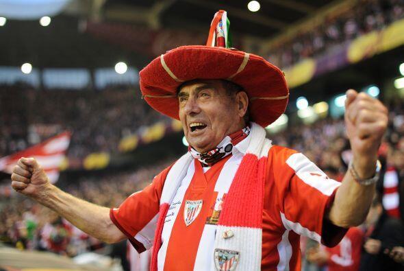 La afición en el estadio San Mamés no paraba de gozar el partido de sus...
