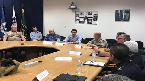 El Secretario de Seguridad Nacional reunido con el gobernador de Arizona...