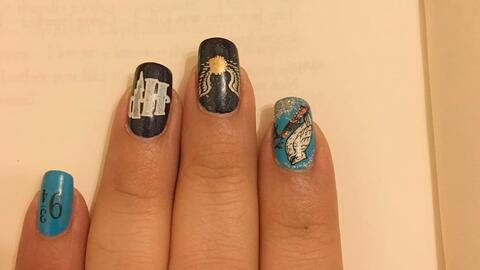 Las uñas decoradas de una de las lectoras del nuevo libro de Harr...