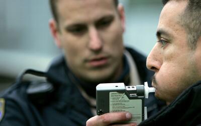 ¿Ser sorprendido conduciendo bajo los efectos del alcohol y causal de de...
