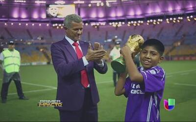 Un niño peruano se ganó el derecho a levantar la Copa del Mundo