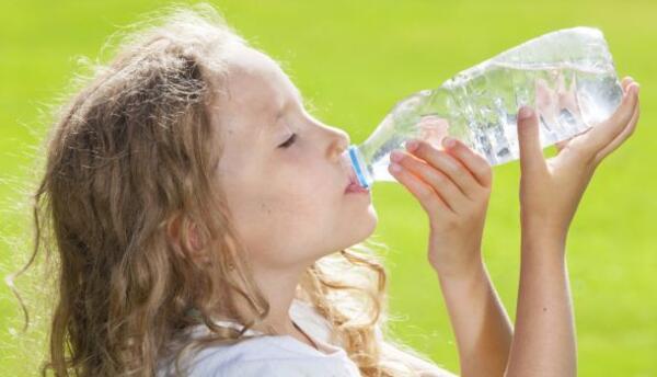 Agua. La opción más tradicional es fundamental si tu niño suele pasarse...