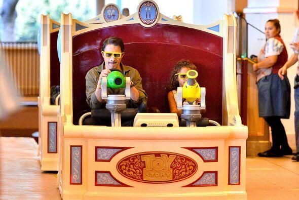 """Afinando su puntería en la atracción de """"Toy Story&qu..."""