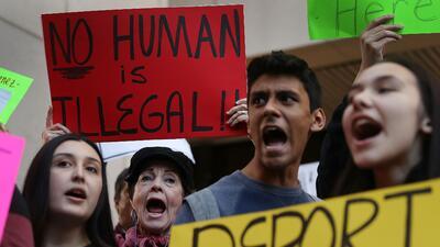 Manifestación delante de la alcaldía de Miami Dade contra la decisión de...