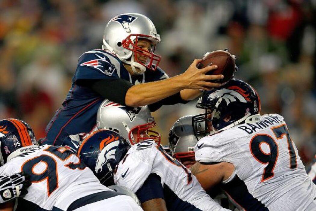 En el tercer cuarto, Brady logró la anotación al lanzarse una yarda a la...