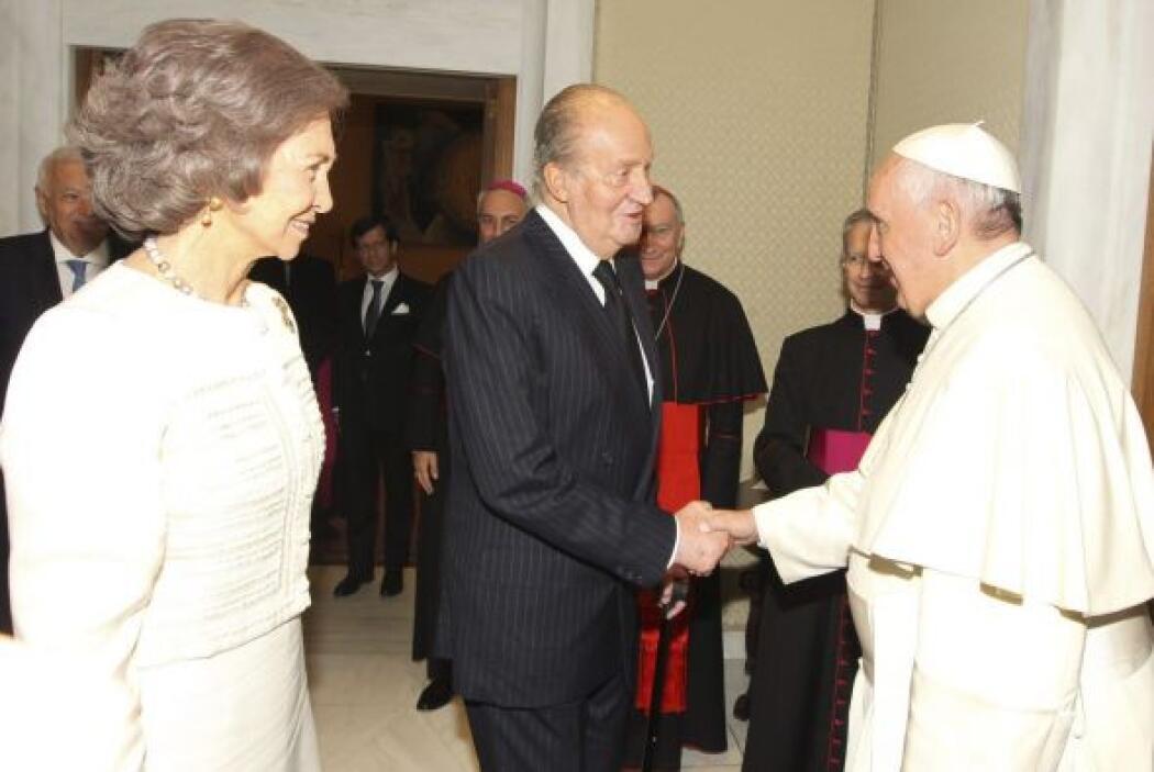 El Rey Juan Carlos saluda al papa Francisco en presencia de doña Sofía d...