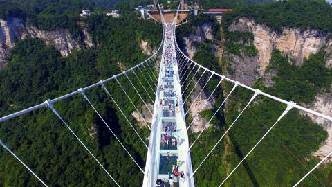 Inauguran el puente de cristal más largo y alto del mundo