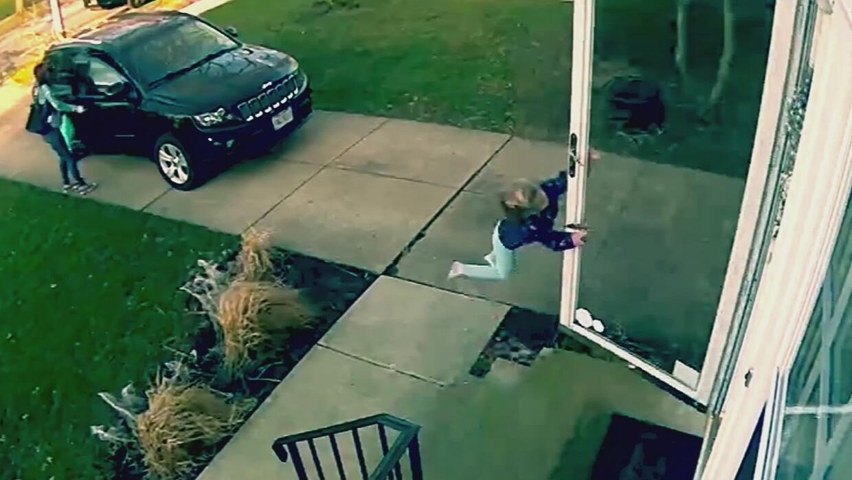 El viento soplaba tan fuerte que una niña casi salió volando