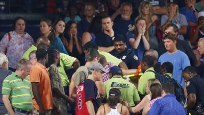Muere fanático al caer de gradas en Atlanta