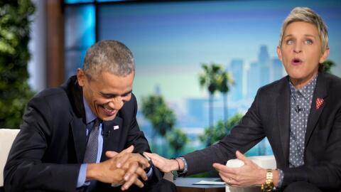 El presidente Barack Obama se ríe con Ellen DeGeneres durante una pausa...