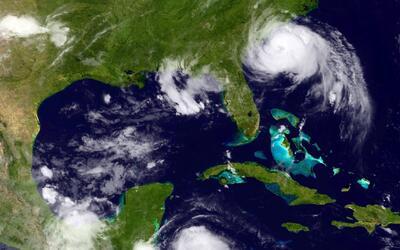 Arthur llega como huracán categoría 2 a NC
