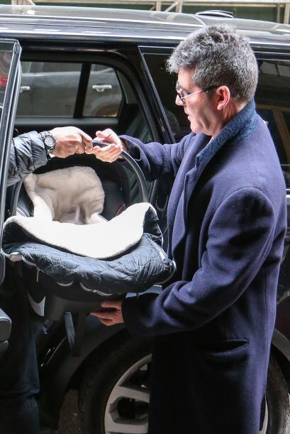 Simon metiendo a Eric al auto. Mira aquí los videos más chismosos.