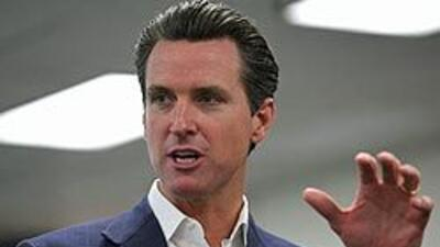 El alcalde Gavin Newsom vetó la prohibición de entregar a agentes de inm...